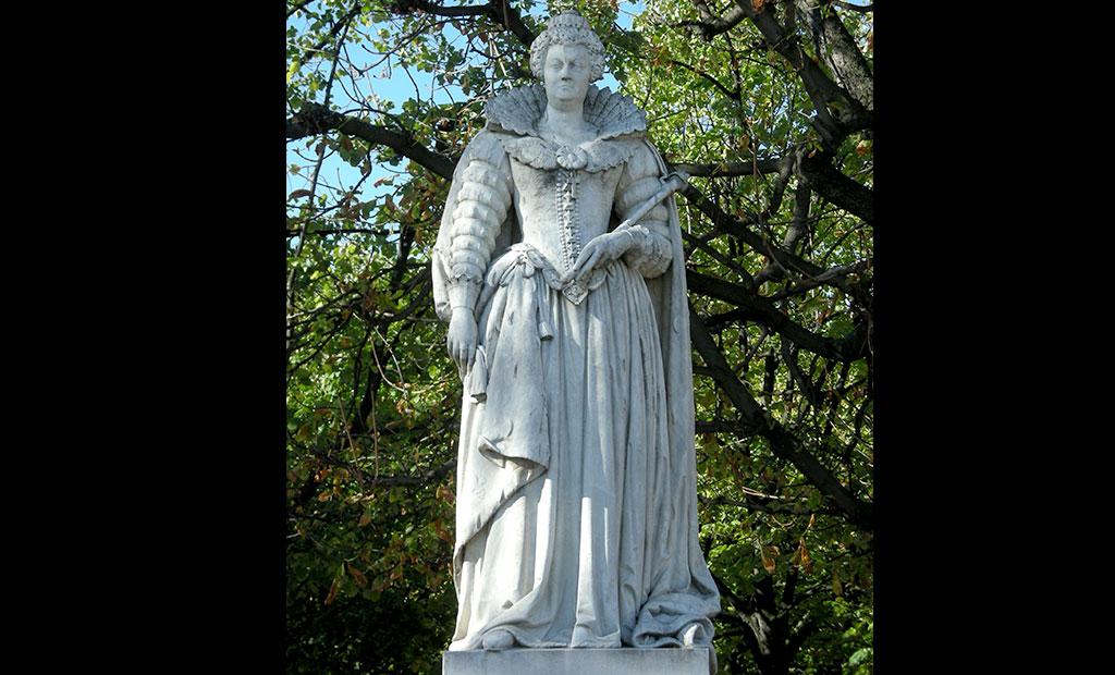 مجسمه ماری مدیچی در باغ لوگزامبورگ پاریس