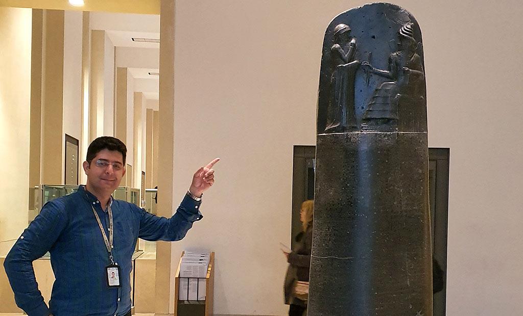 کریم ضابط و استل حمورابی در موزه لوور