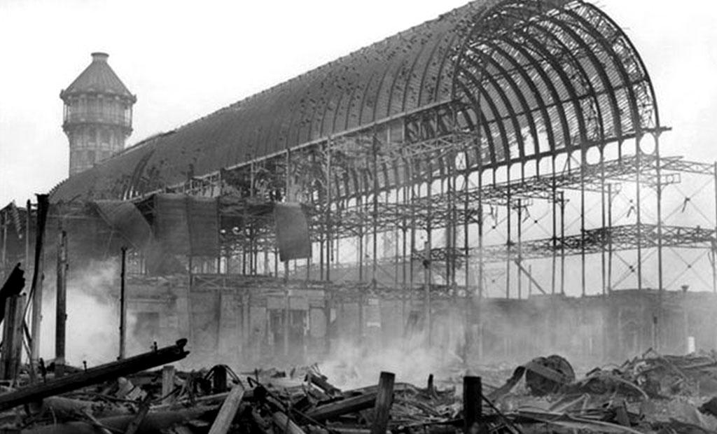 تخریب کامل کاخ کریستال لندن بر اثر آتش سوزی