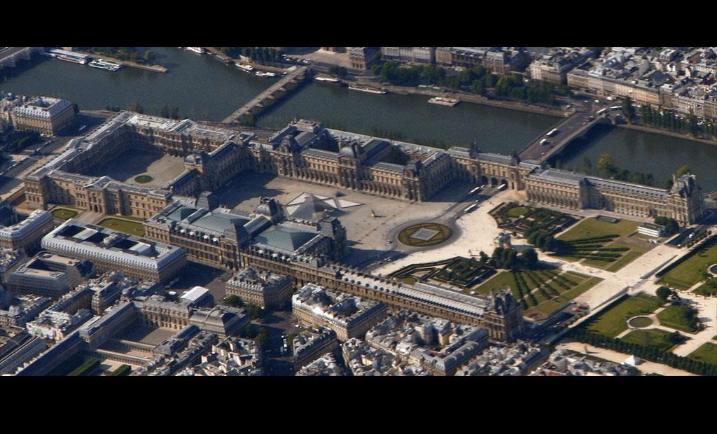 نمای هوایی موزه لوور در کنار رود سن