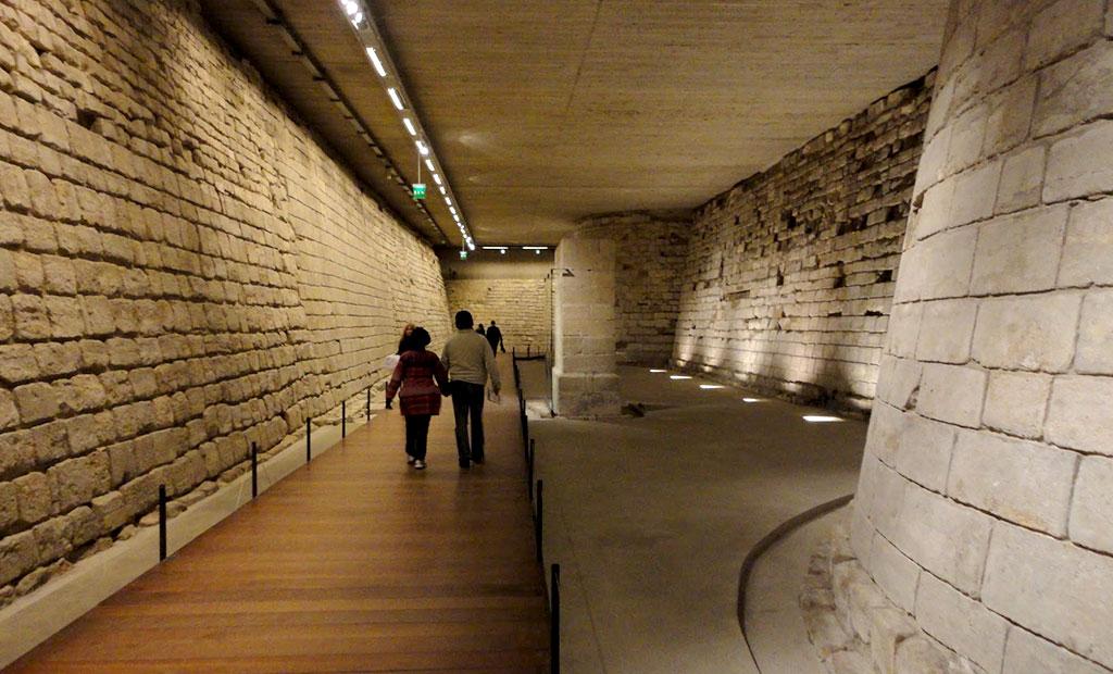 دیوارهای قدیمی 800 ساله موزه لوور