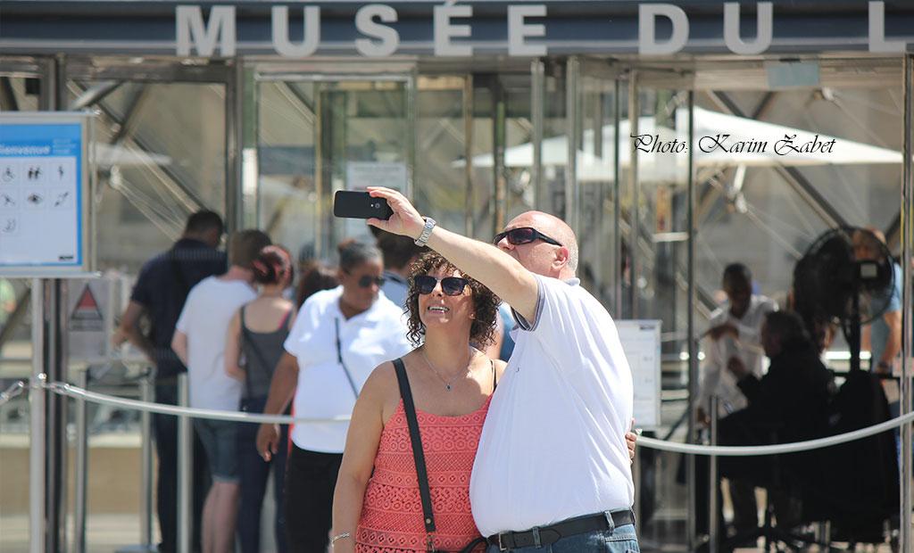 سلفی در مقابل درب اصلی موزه لوور