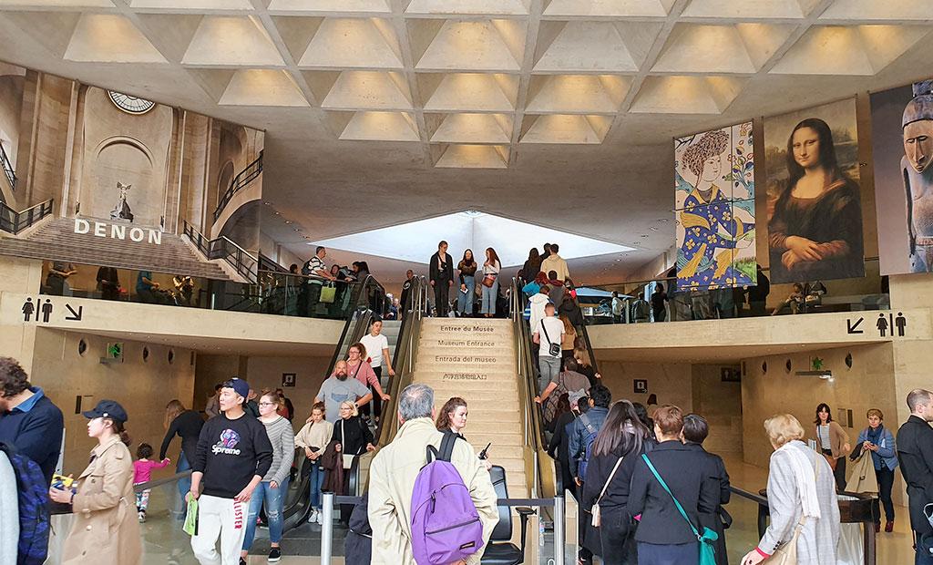به سمت ورودی بال دنون - یکی از ورودی های سه گانه به تالارهای موزه لوور