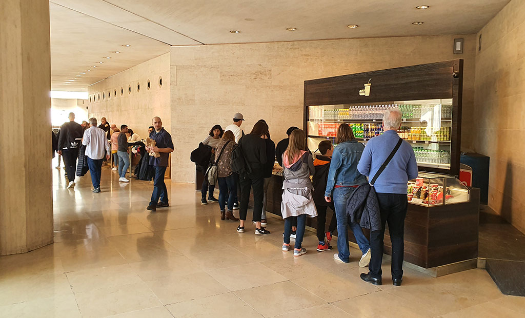 محل خرید نوشیدنی و اسنک قبل از ورودی های سه گانه به تالارهای موزه لوور