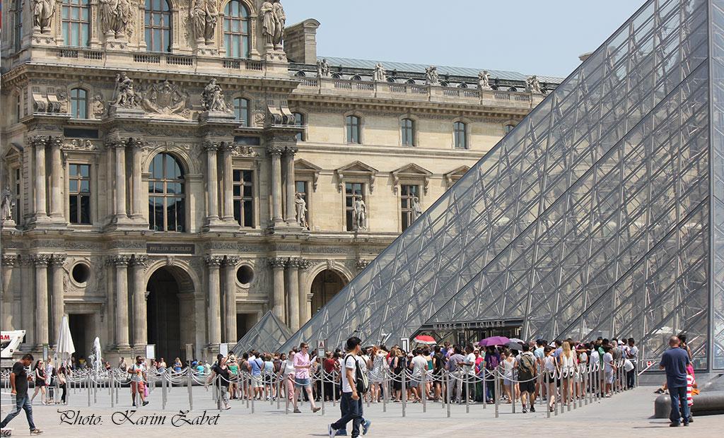 صف ورودی از هرم شیشه ای موزه لوور