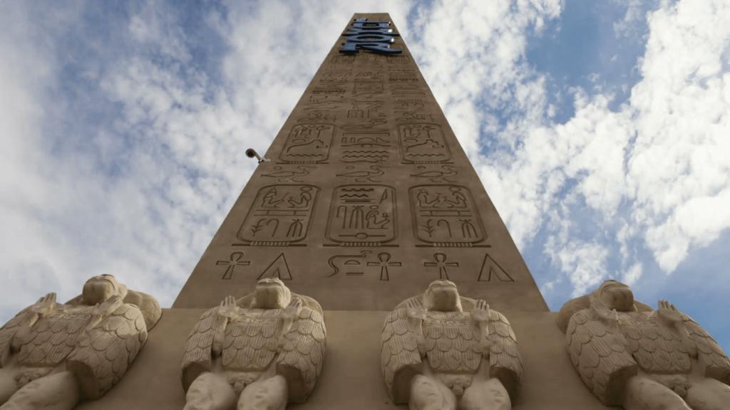 مجسمه بابون ها در حال ستایش بر روی پایه سنگی ابلیسک میدان کنکورد