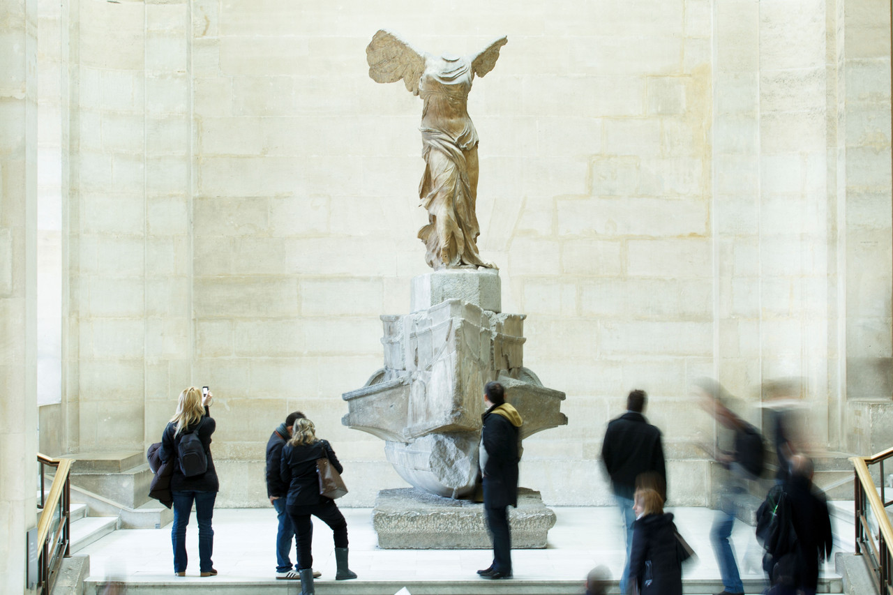 مجسمه نایکی الهه بالدار پیروزی در موزه لوور