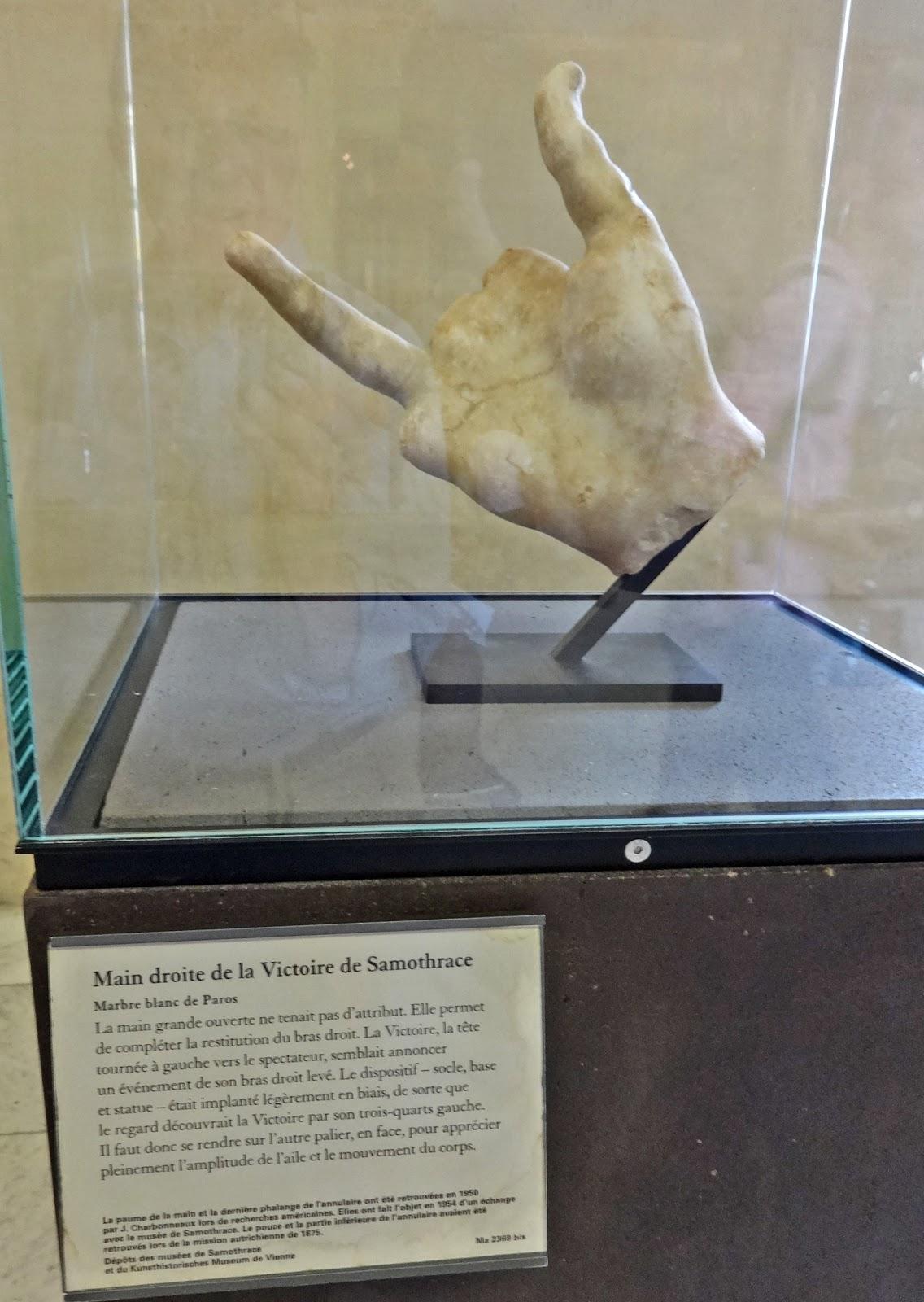 دست مجسمه نایکی که بعدا در نزدیکی محل کشف خود مجسمه پیدا شد.