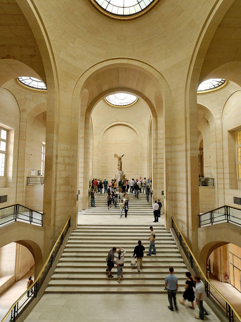 مجسمه نایکی زینت بخش راه پله های دارو موزه لوور پاریس