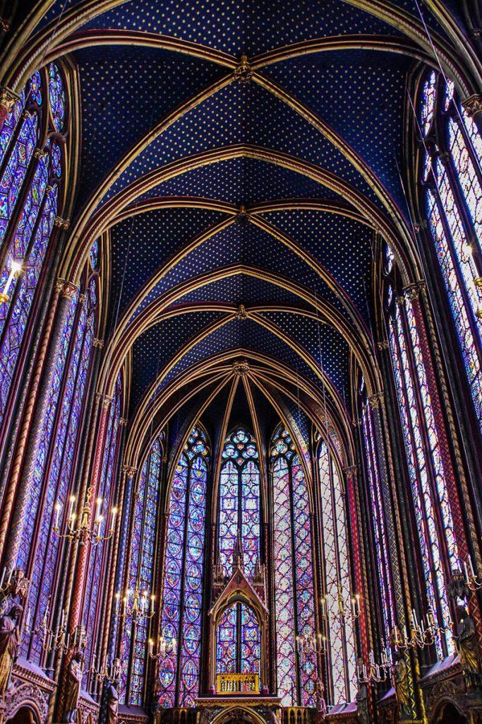 در سقف های چهارطاقی نیروی وزن به ستون ها منتقل و امکان وجود پنجره های بزرگ در دیوار بوجود می آید.