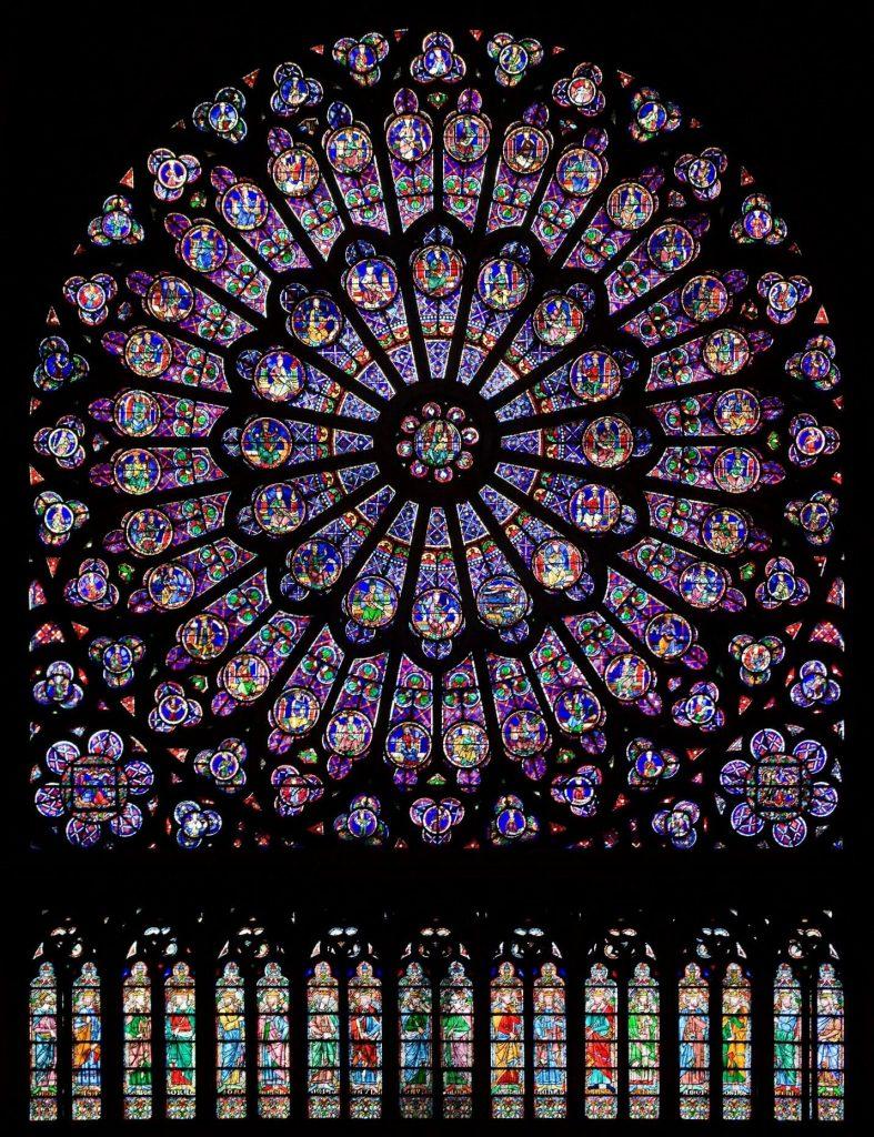 نمای داخلی پنجره گل سرخی کلیسای نوتردام پاریس