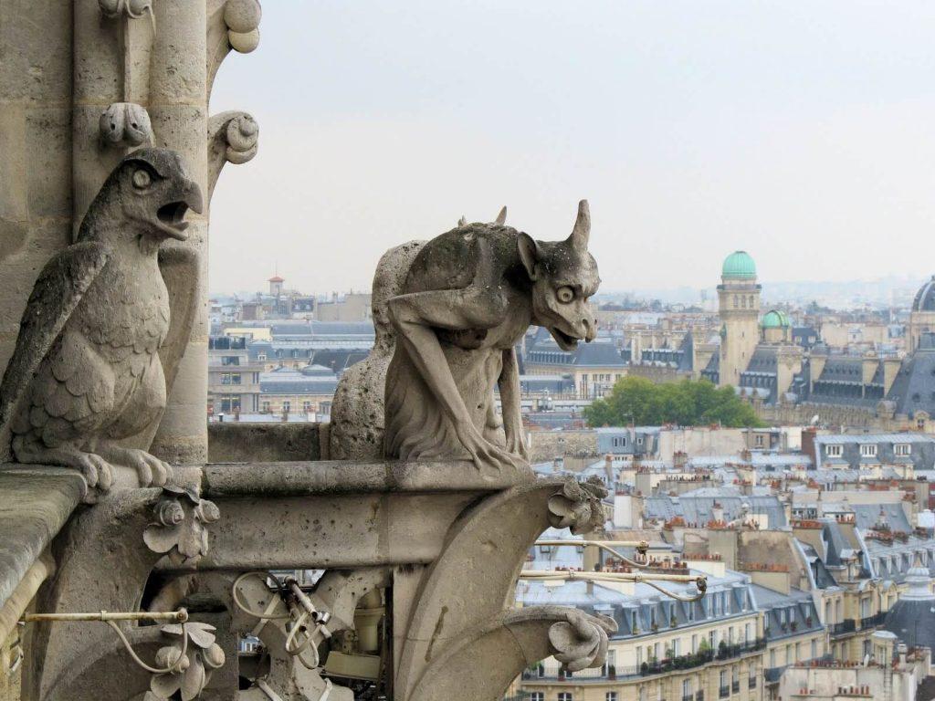 مجسمه شیمرها در ایوان کلیسای نوتردام پاریس