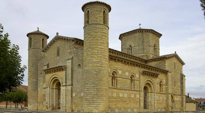کلیساهای سبک رومانسک دارای دیوارهای ضخیم و پنجره های کوچک بودند.
