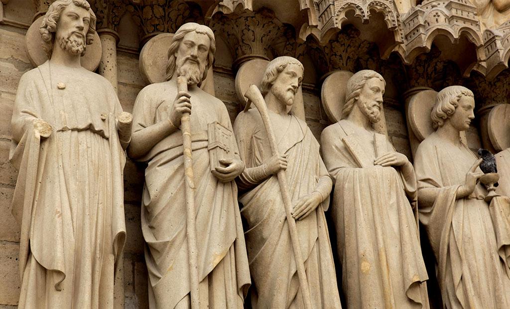 مجسمه حواریون مسیح در حاشیه ورودی میانی