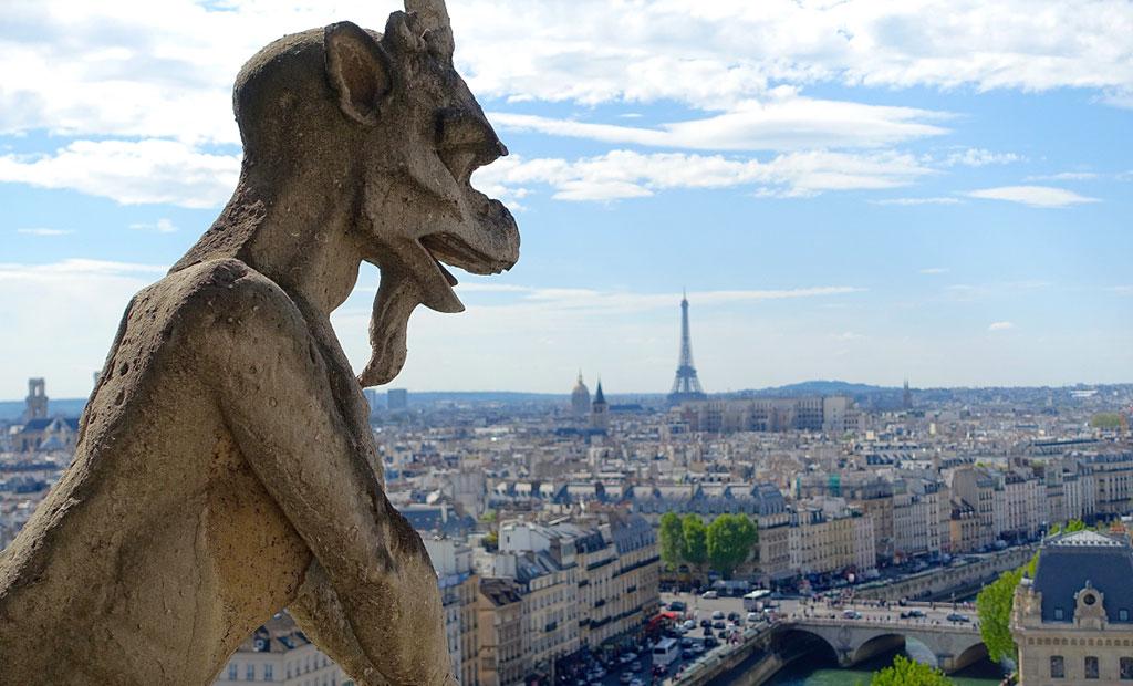مجسمه شیمر در نمای کلیسای نوتردام پاریس