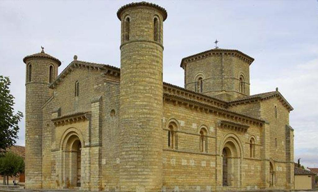 یک کلیسای رومانسک با دیوارهای ضخیم و پنجره های کوچک