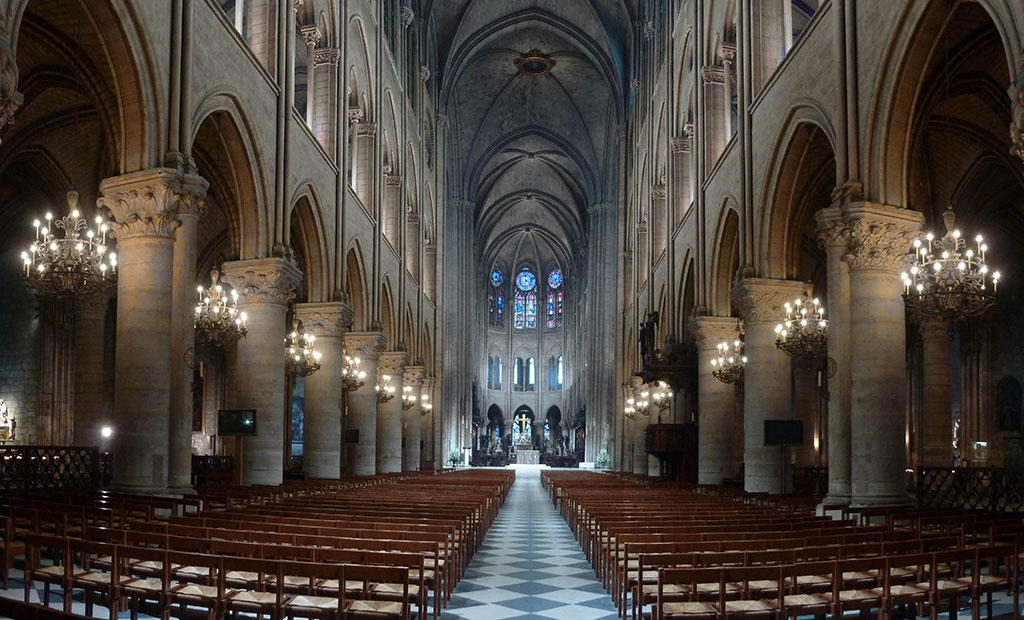 فضای داخلی کلیسای نوتردام پاریس