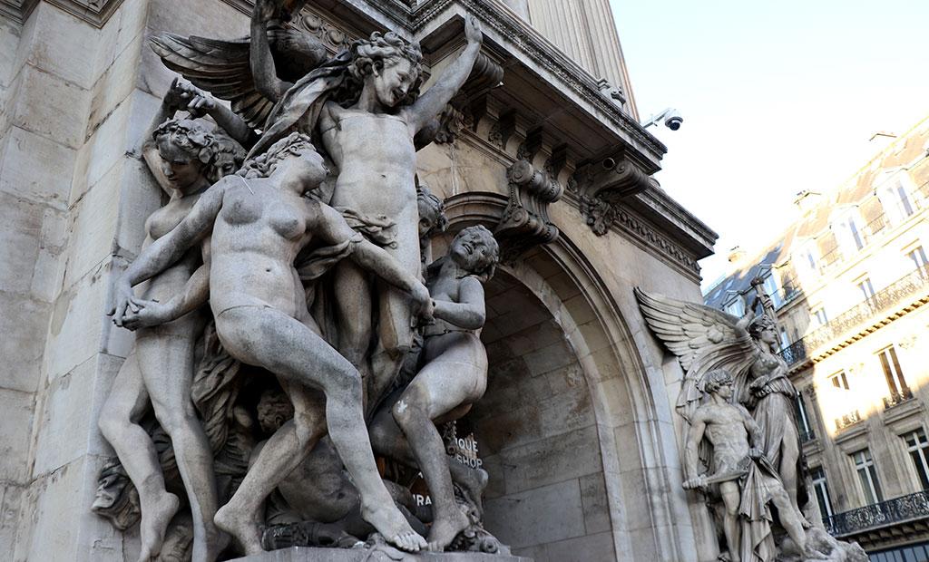 مجسمه رقص در نمای اصلی اپرا گارنیه پاریس
