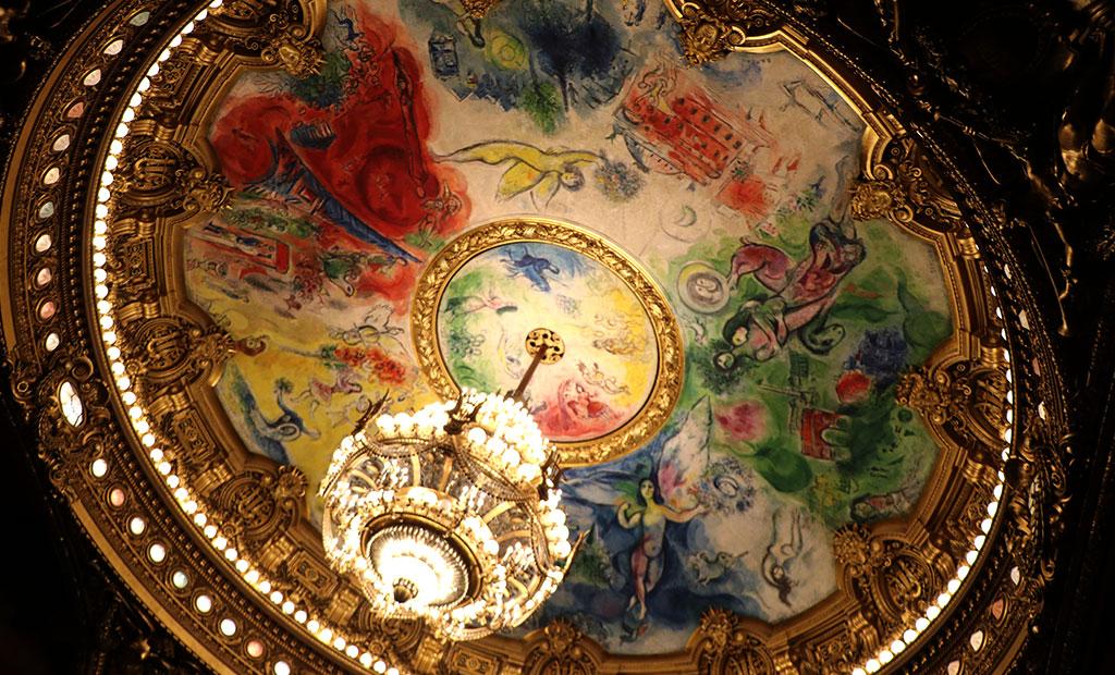نقاشی سقفی و لوستر در سالن کنسرت