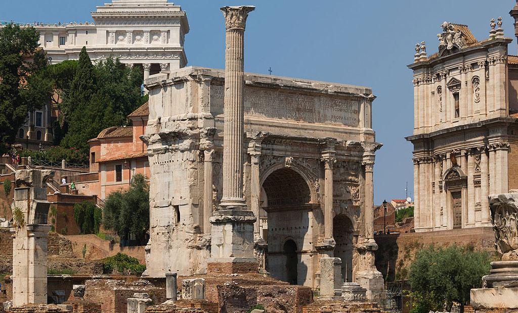 ستون فوکاس در مقابل طاق نصرت سِپتیمیوس سِوِروس