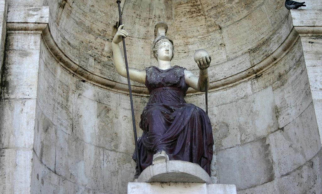 مجسمه قرن اول میلادی الهه روما در جلوی کاخ سناتوری