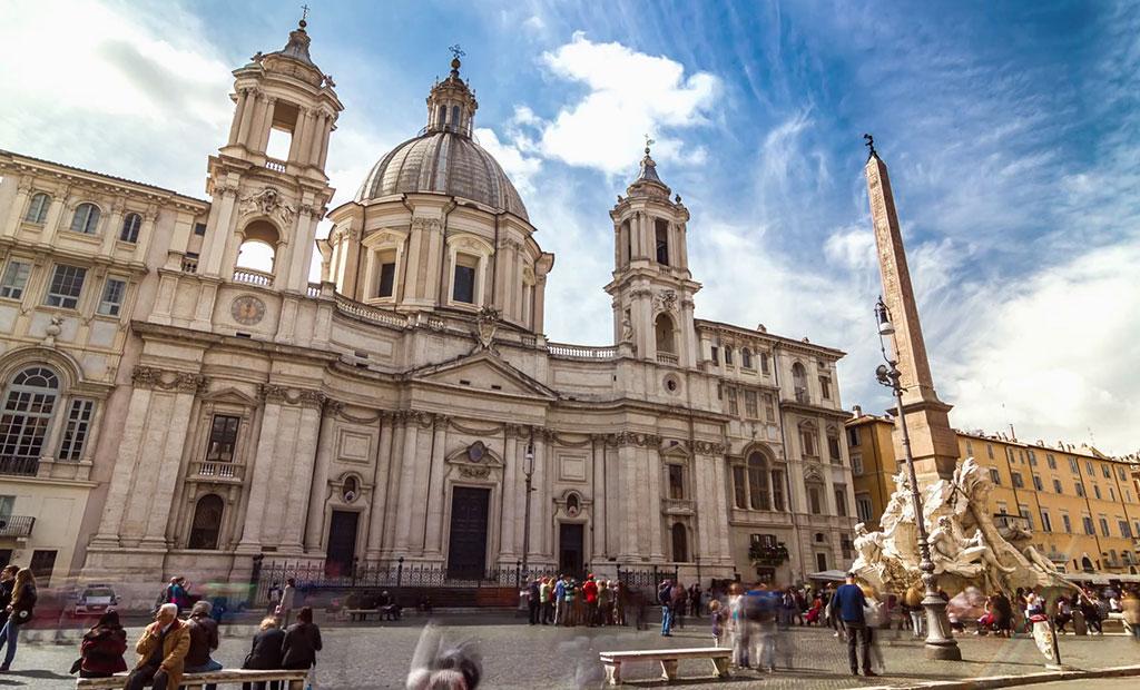 نمایی زیبا از کلیسای سبک باروک Sant'Agnese in Agone در میدان ناوونا