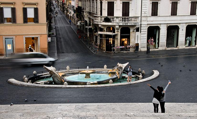 فواره برنینی در میدان اسپانیا شهر رم