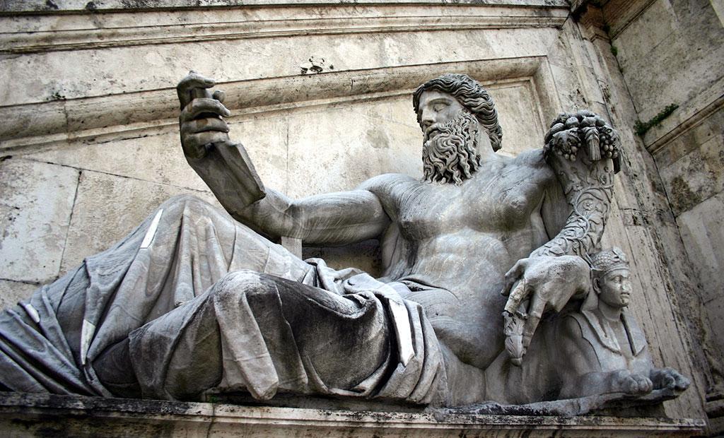 مجسمه قرن اول میلادی سمبل رود نیل در جلوی کاخ سناتوری
