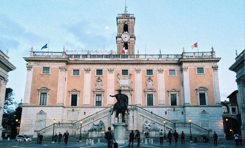 مجسمه برنزی امپراتور مارکوس آورلیوس جلوی کاخ سناتوری