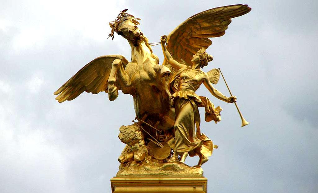 مجسمه طلایی تجسم هنر بر روی ستون پل الکساندر سوم پاریس