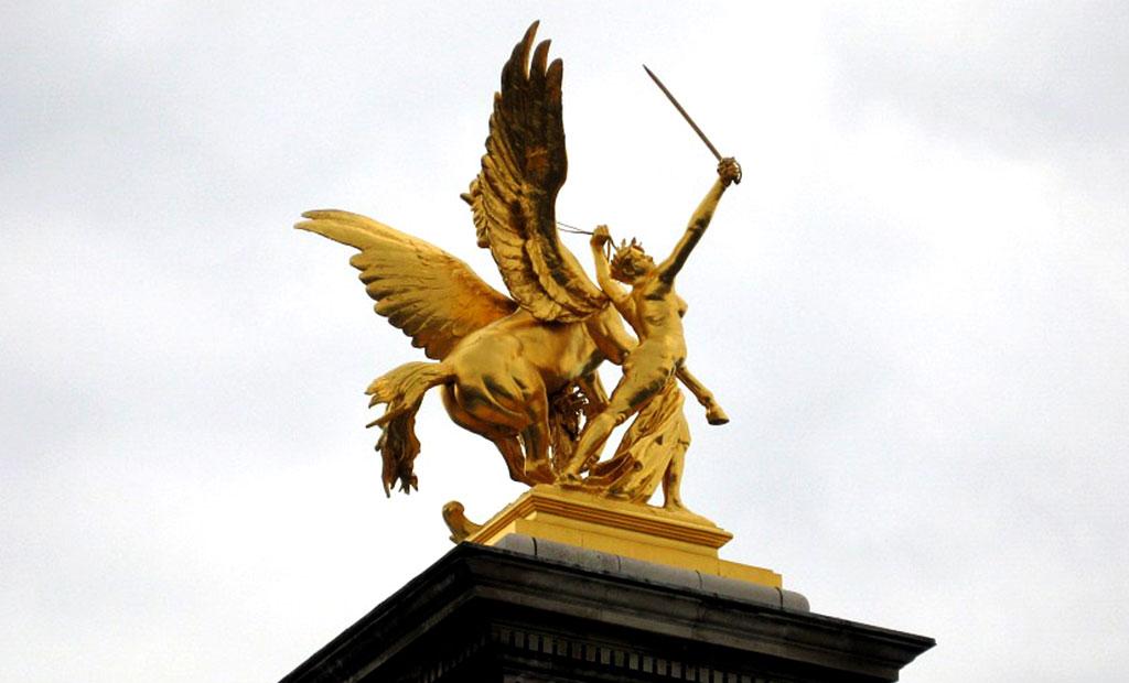 مجسمه طلایی تجسم تجارت بر روی ستون پل الکساندر سوم پاریس