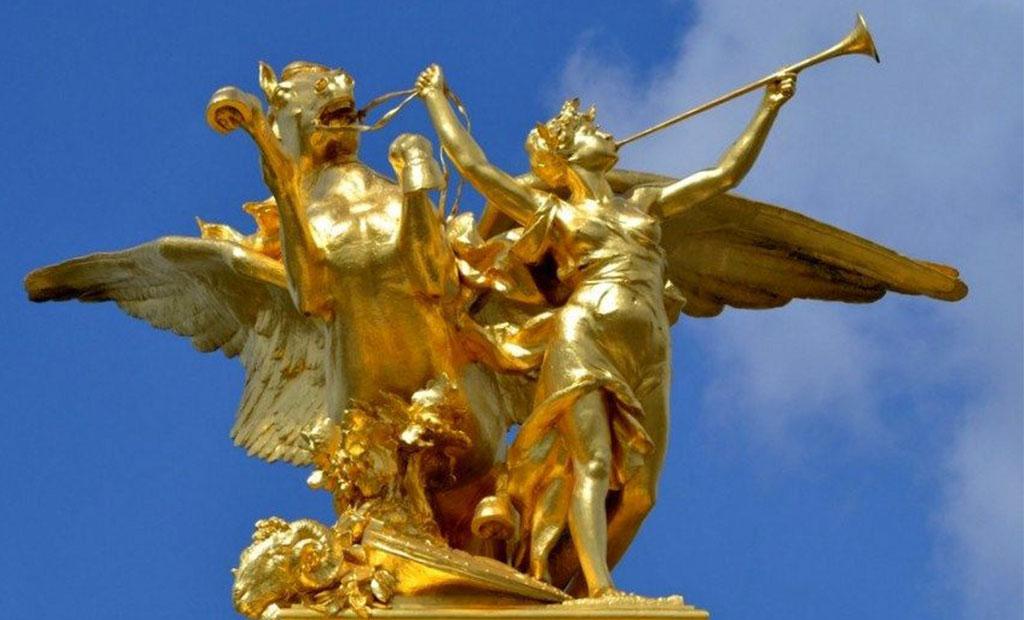 مجسمه طلایی تجسم صنعت بر روی ستون پل الکساندر سوم پاریس