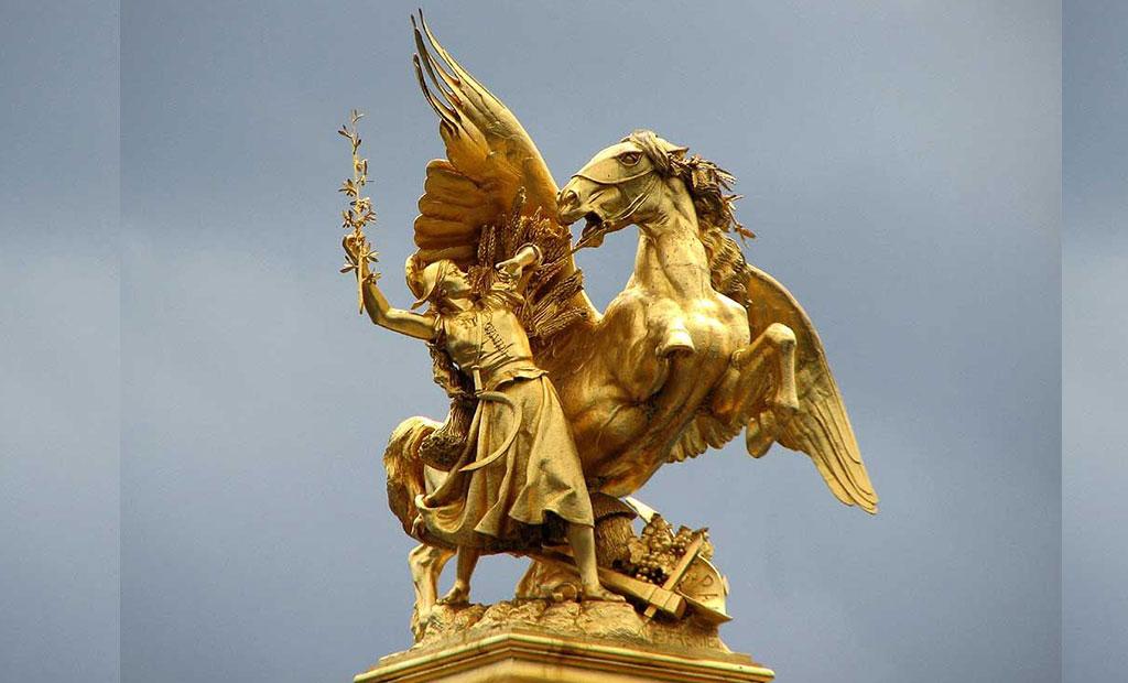 مجسمه طلایی تجسم علم بر روی ستون پل الکساندر سوم پاریس