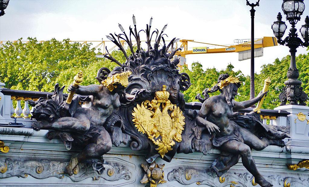 مجسمه پریان رود نِوا و نشان رسمی روسیه