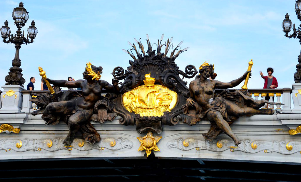 مجسمه پریان رود سن و نشان رسمی شهر پاریس