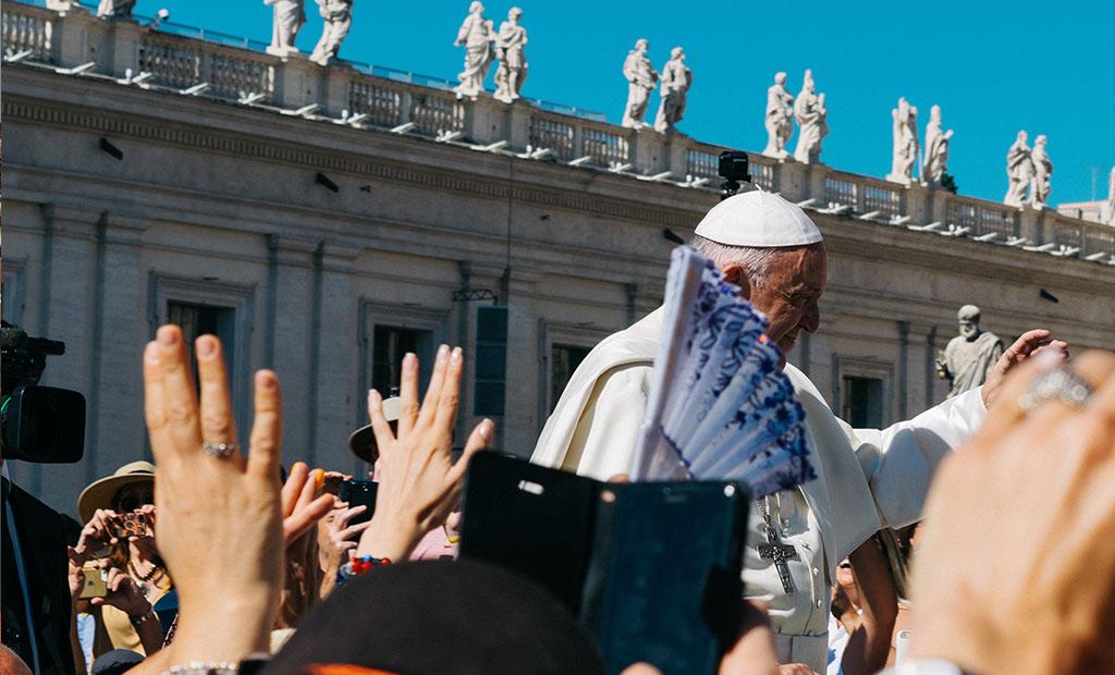 پاپ در بین مردم در میدان سن پیتر