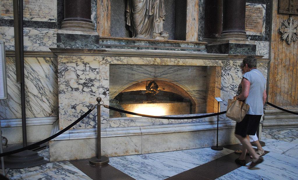 مقبره نقاش معروف رافائل در پانتئون رم