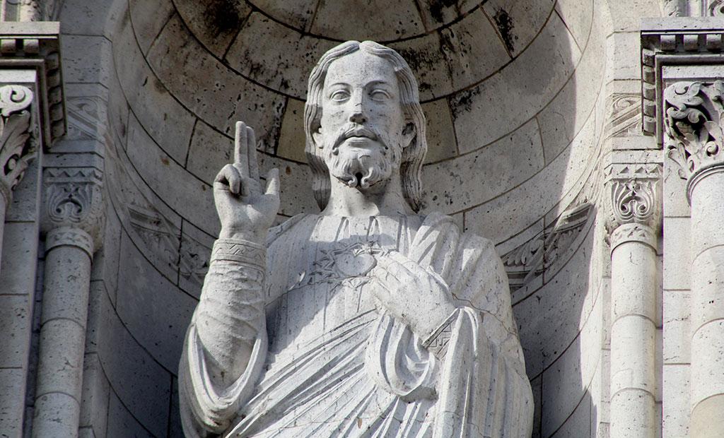 مجسمه 5 متری حضرت مسیح در نمای اصلی کلیسای قلب مقدس