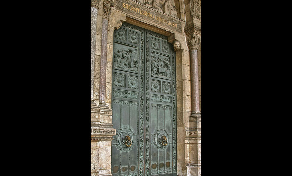 درب اصلی برنزی کلیسای قلب مقدس