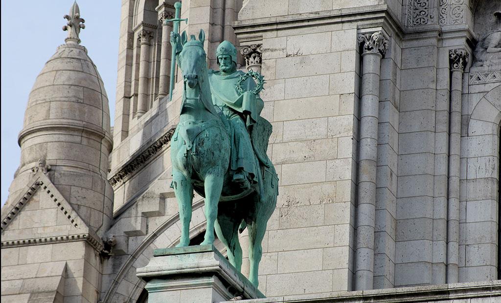 مجسمه شاه سن لوئی نهم که تاج خار حضرت عیسی را در دست دارد