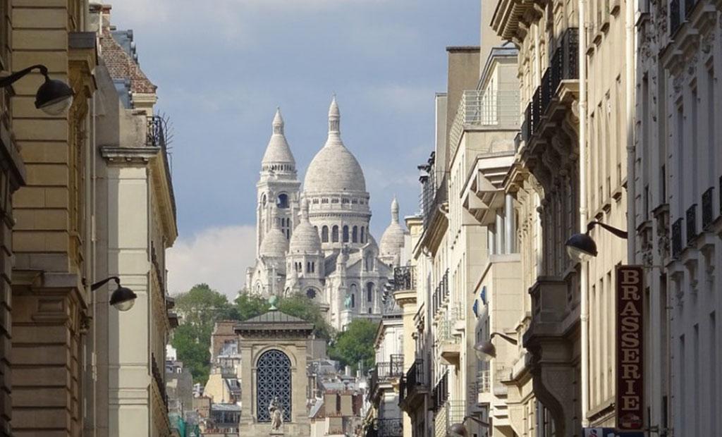 کلیسای سکره کور بر بالای تپه مون مارتر شهر پاریس