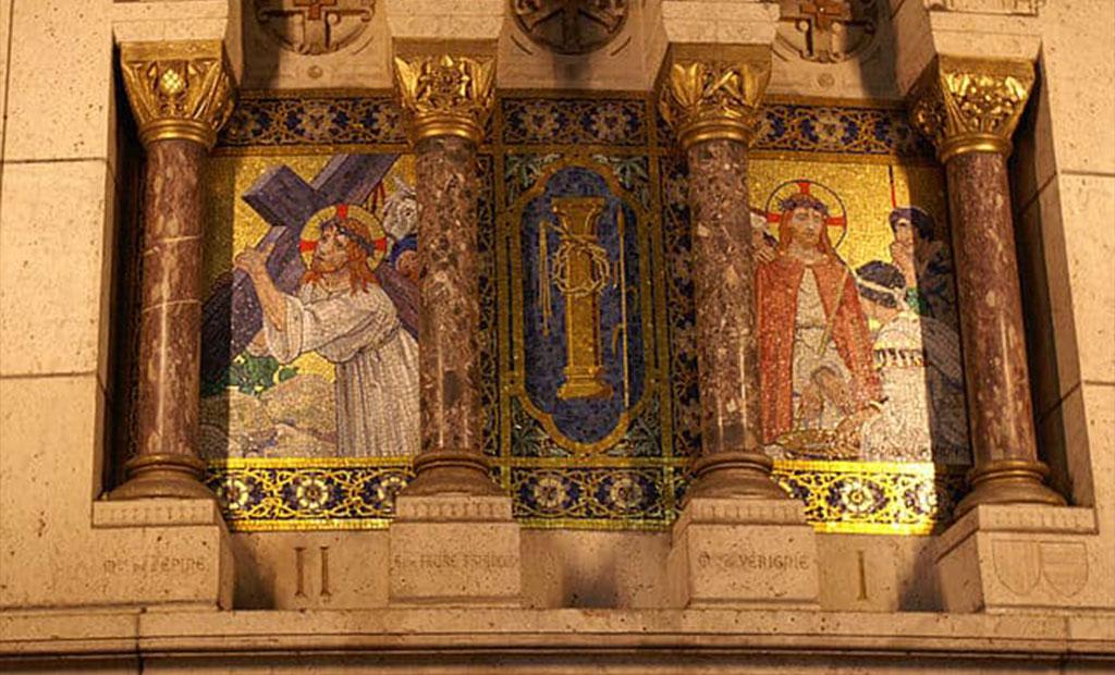 اسامی خیرین بانی بر روی دیوارهای کلیسای قلب مقدس پاریس