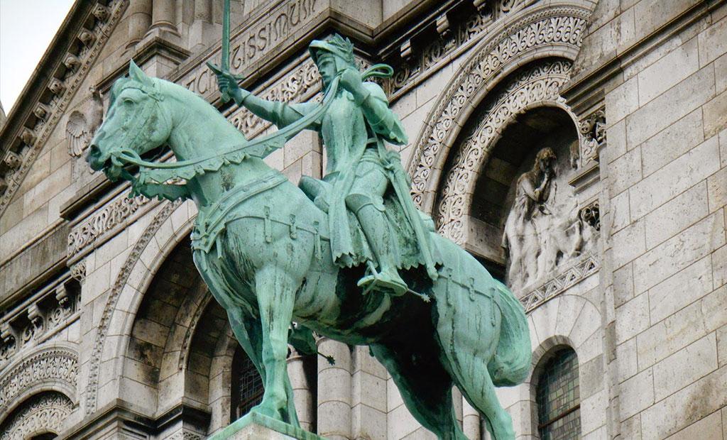 مجسمه ژان دارک در نمای اصلی کلیسای قلب مقدس