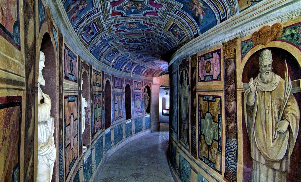 مسیر منتهی به آرامگاه پاپ ها در زیر کلیسای سن پیتر
