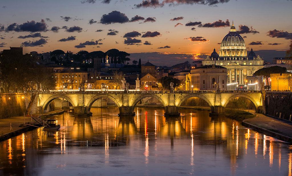 نمایی زیبا از پل سنت آنجلو و کلیسای سنت پیتر در واتیکان