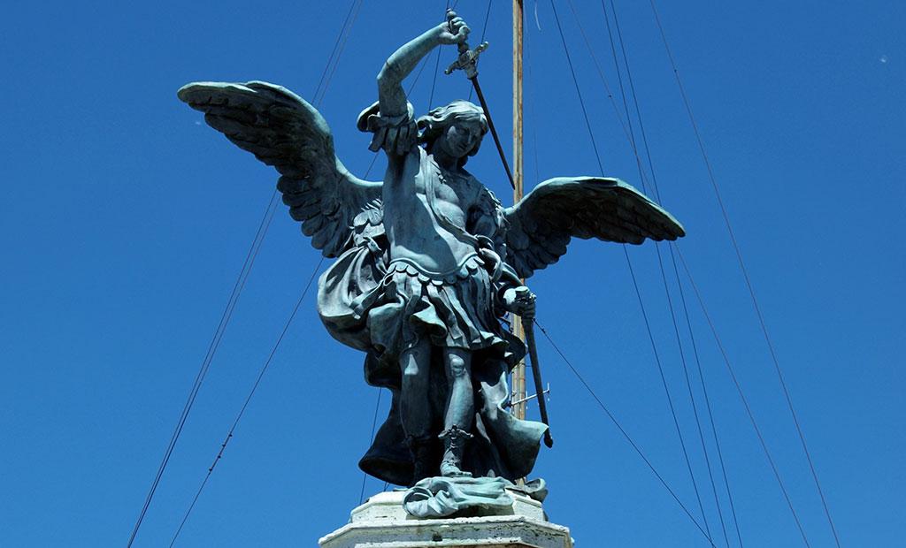 مجسمه جبرائیل در حال غلاف کردن شمشیر در بالای قلعه سنت آنجلو