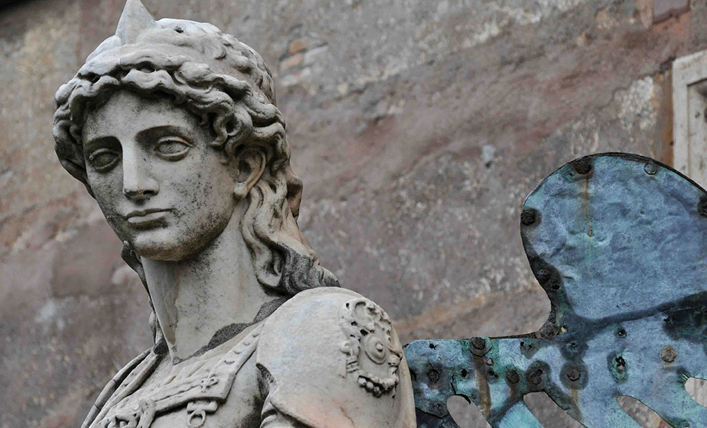 مجسمه اصلی فرشته مقدس که اکنون در داخل قلعه قرار دارد