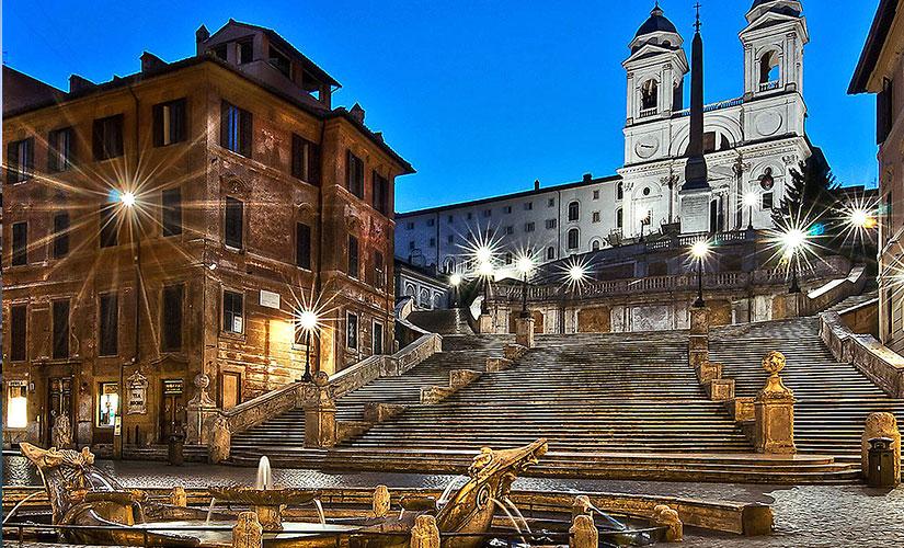 نمای زیبای پله های اسپانیایی و کلیسای ترینیتا دی مونتی در شب