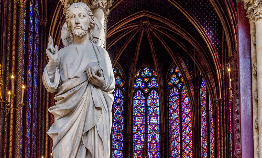 مجسمه حضرت عیسی در وسط درب نمازخانه طبقه بالا