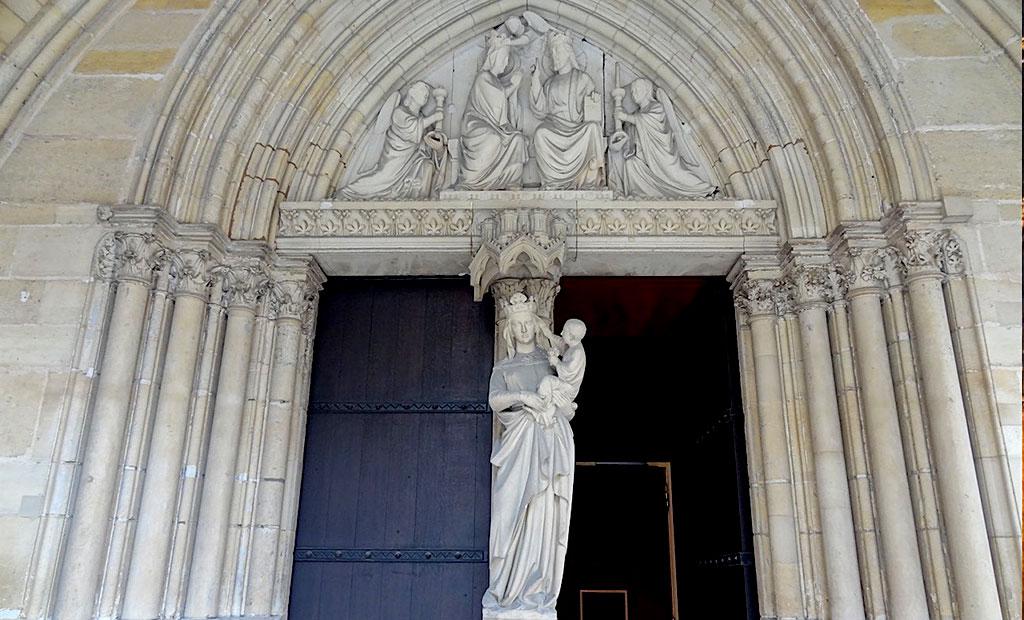 درب نمازخانه طبقه پایین کلیسای سن شاپل